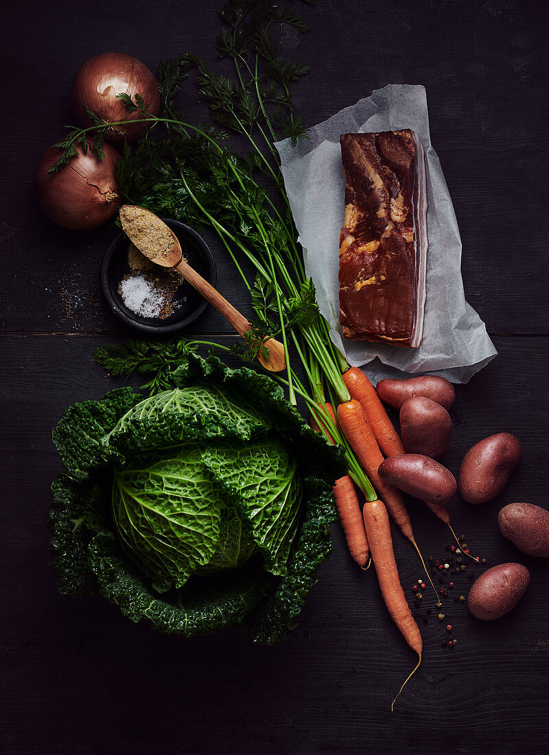 Ingredients for savoy cabbage stew: savoy cabbage, potatoes, carrots, onions and bacon