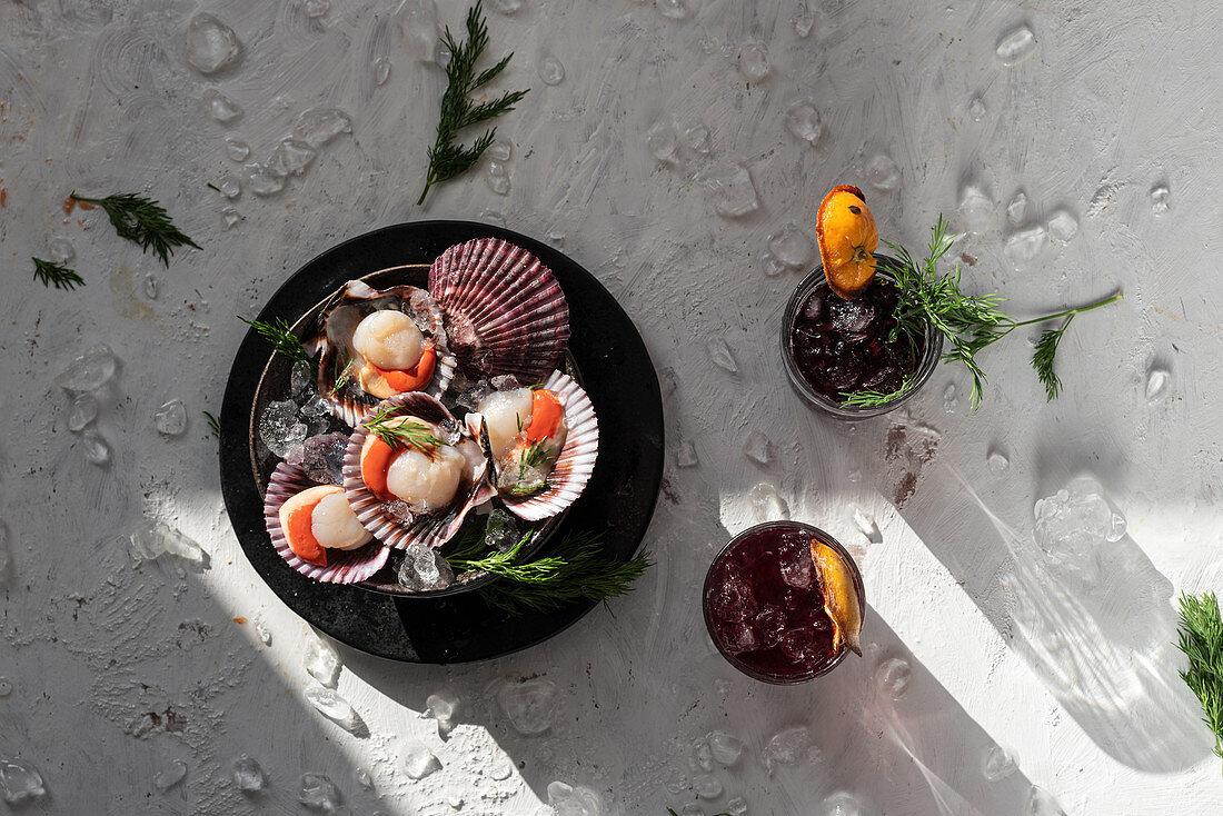 Jakobsmuscheln mit Kräutern, dazu Cocktails mit getrockneten Orangen