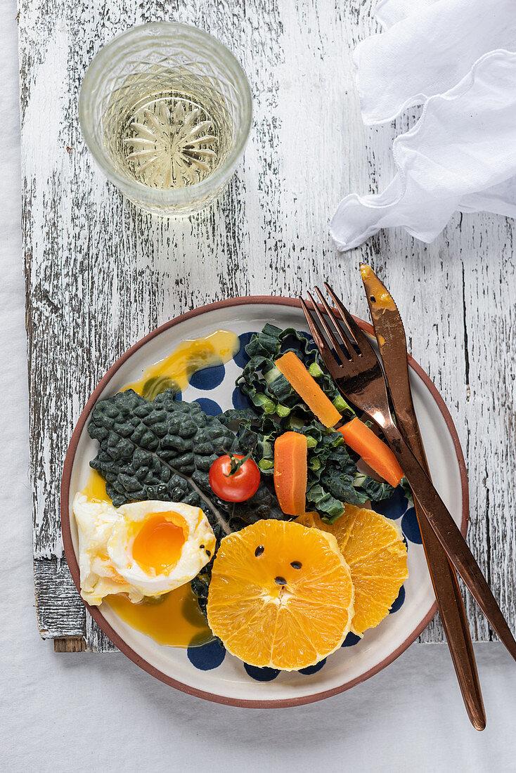 Pochiertes Ei mit frischem Obst und Gemüse
