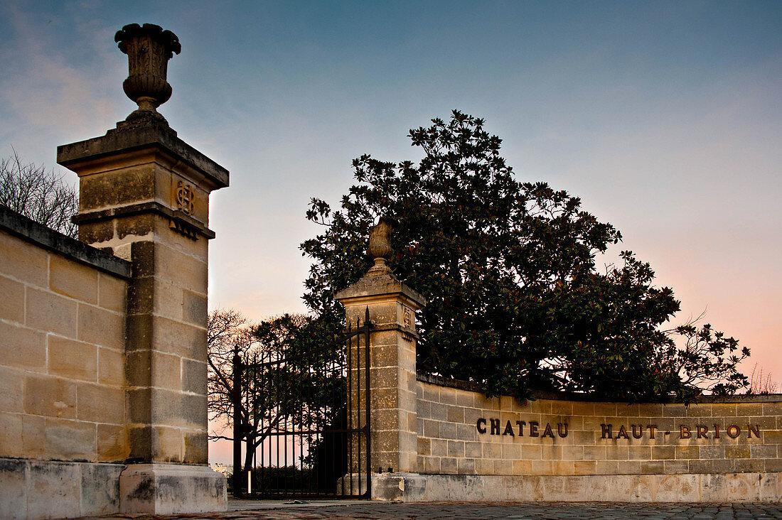 Zufahrt zum Château Haut Brion, Pessac-Leognan, Bordeaux, Frankreich