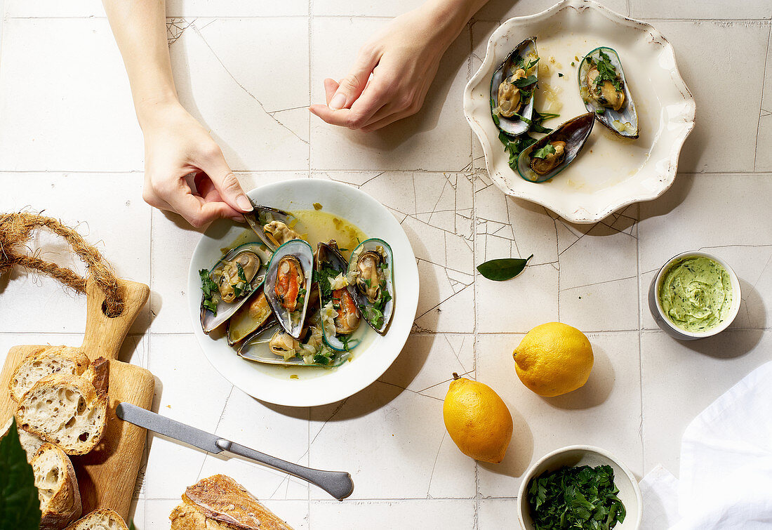 Cooked kiwi green mussels with wine, garlic and parsley