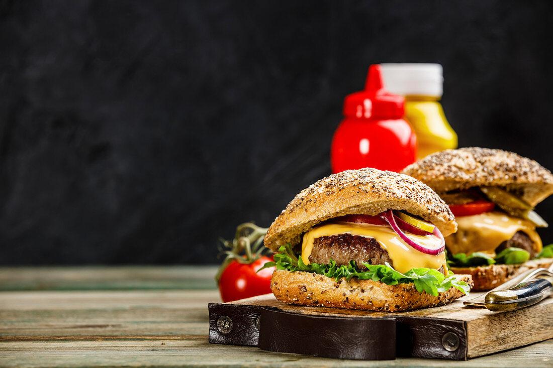 Hausgemachte Hamburger mit Rindfleisch und Ciabatta