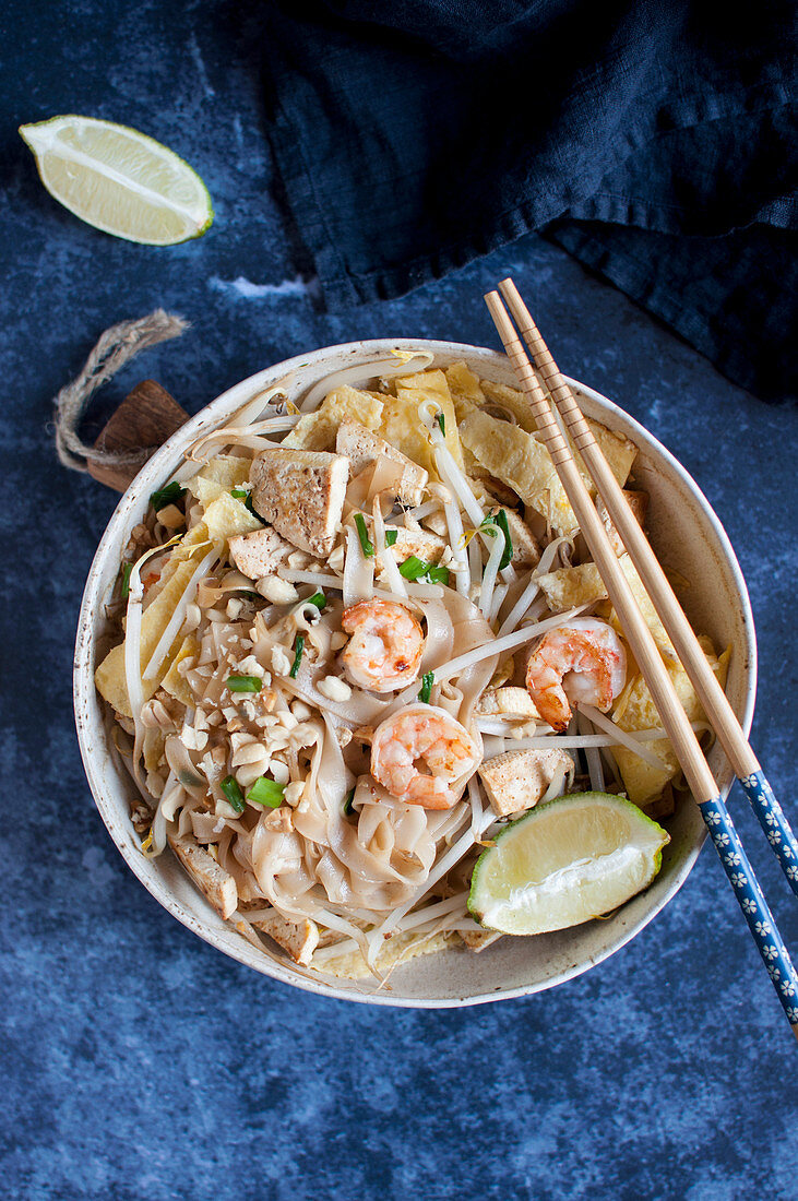 Pad thai with tofu, shrimps and omelette