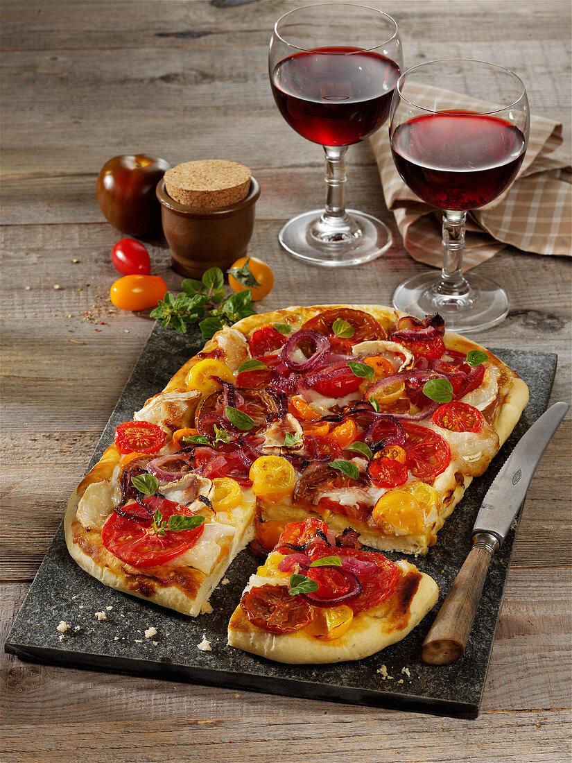 Tomaten-Blechkuchen mit Ziegenweichkäse