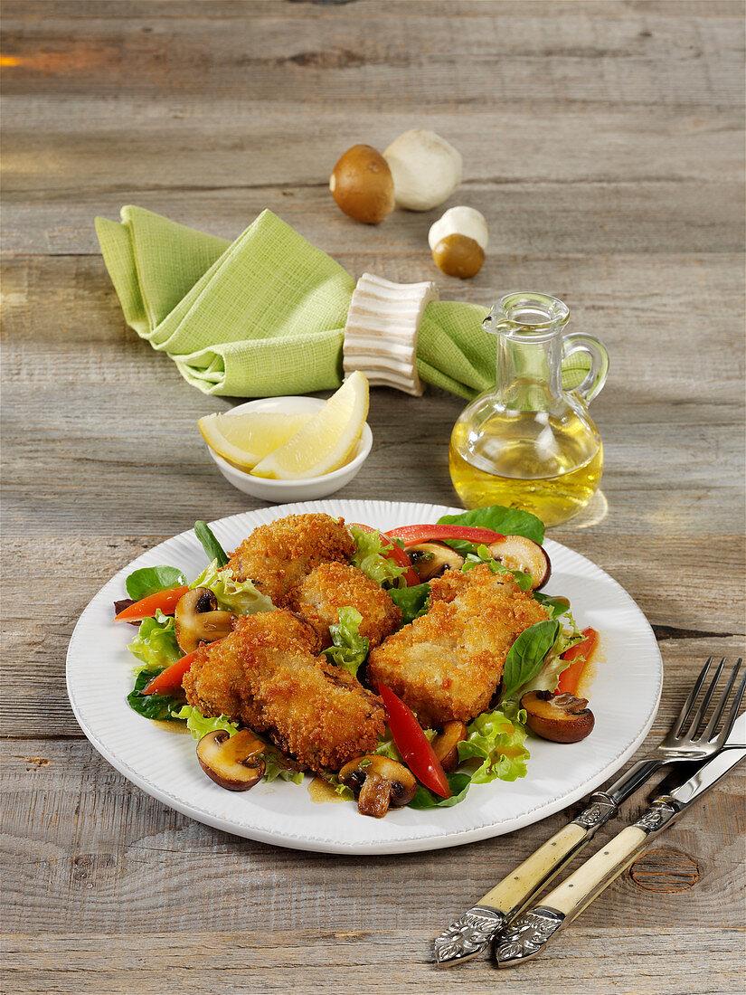 Lauwarmer Blattsalat mit panierten Steinpilzschnitzelchen