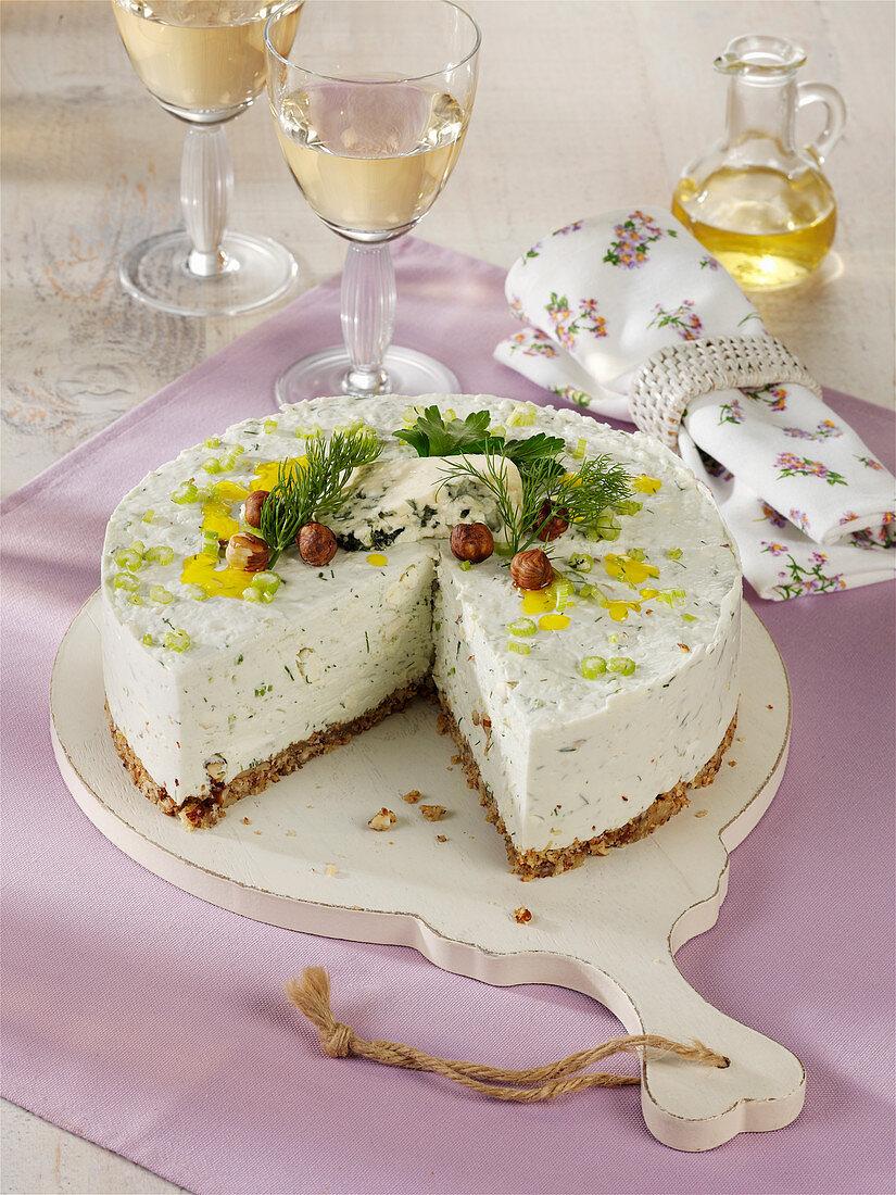 Herzhafte Frischkäse-Haselnuss-Torte