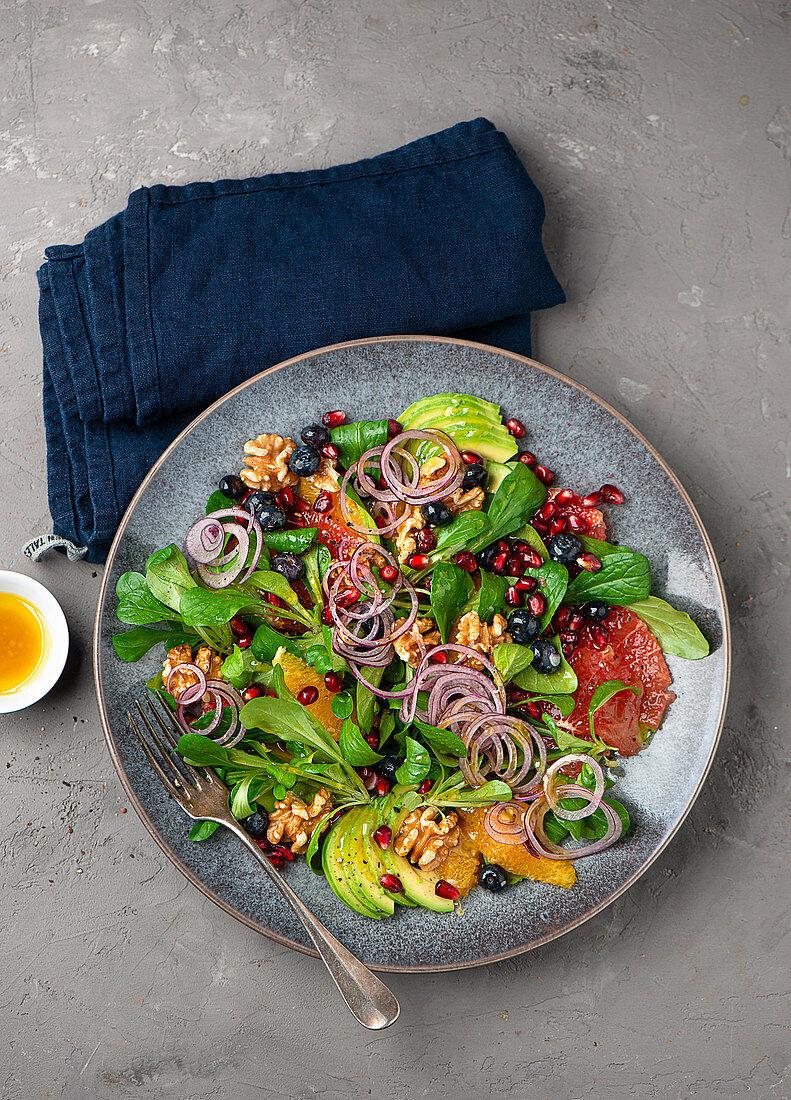 Orange-grapefruit salad with lamb's lettuce and pomegranate seeds