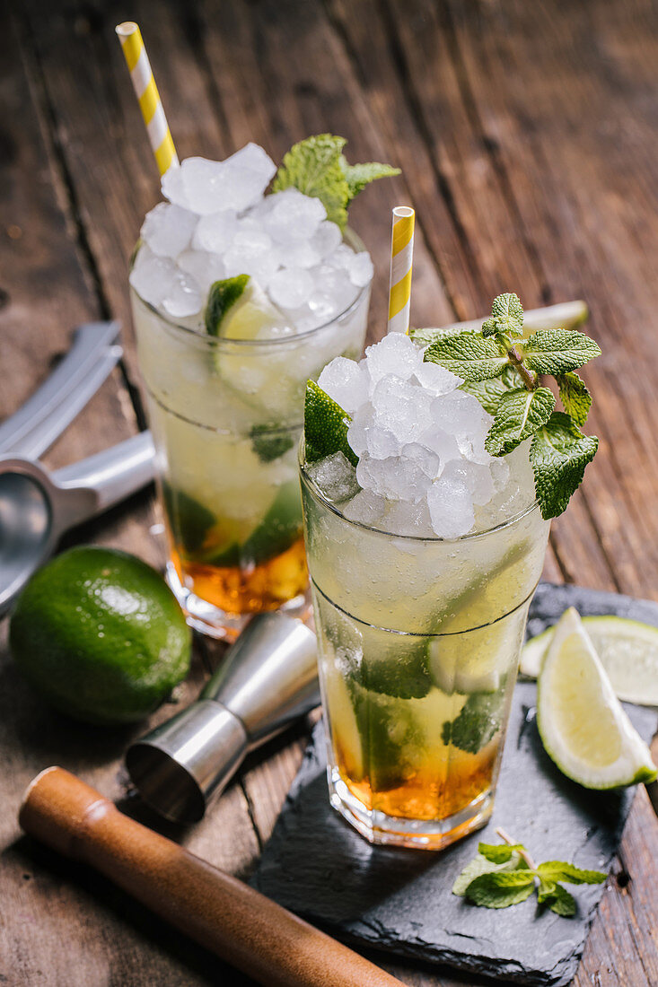 Mojito cocktails with ice and mint leaves