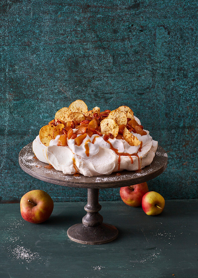 Bratapfel-Pavlova mit Apfelchips und Karamell