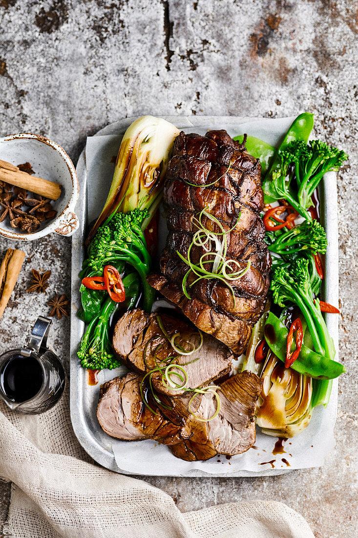 Rot-gekochtes Schweinefleisch mit asiatischem Gemüse