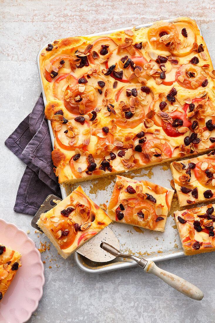 Bratapfel-Kuchen mit Rosinen und Mandeln vom Blech