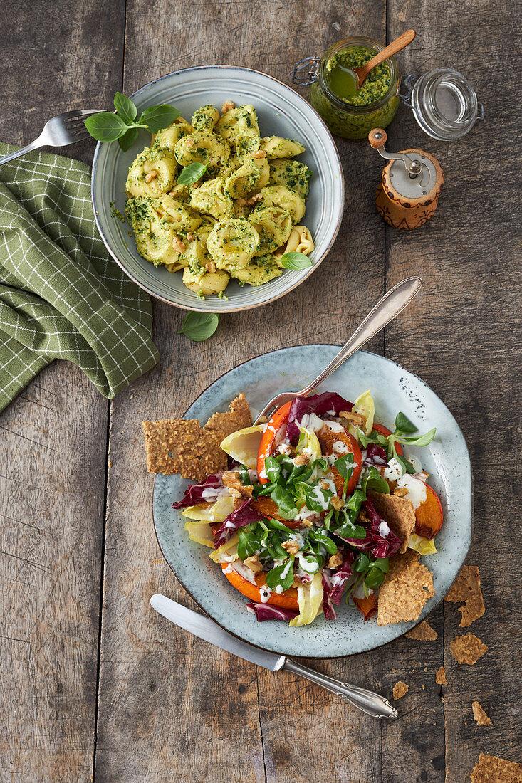 Tortellini mit Walnusspesto und bunter Salat mit Kürbis und Walnusscrackern
