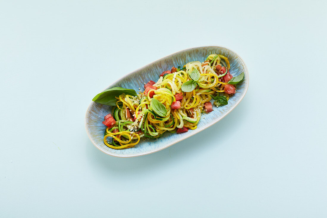 Courgette spaghetti with tomatoes and hemp seeds