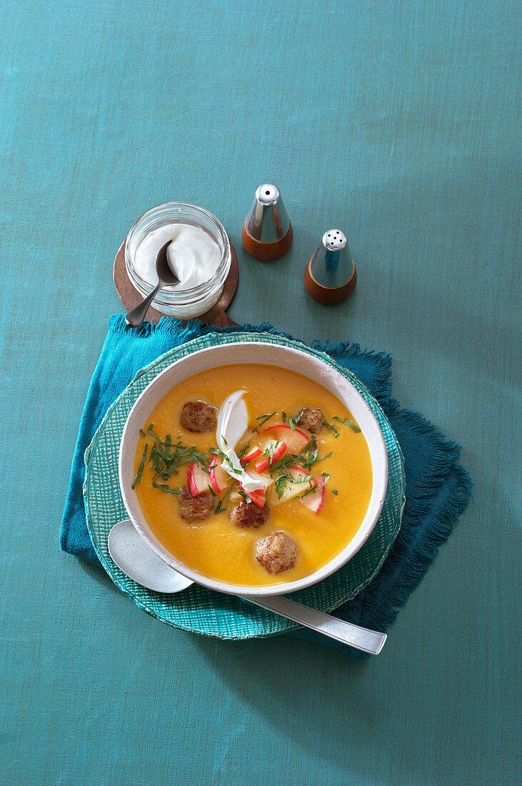 Kürbis-Apfel-Suppe mit Hackbällchen