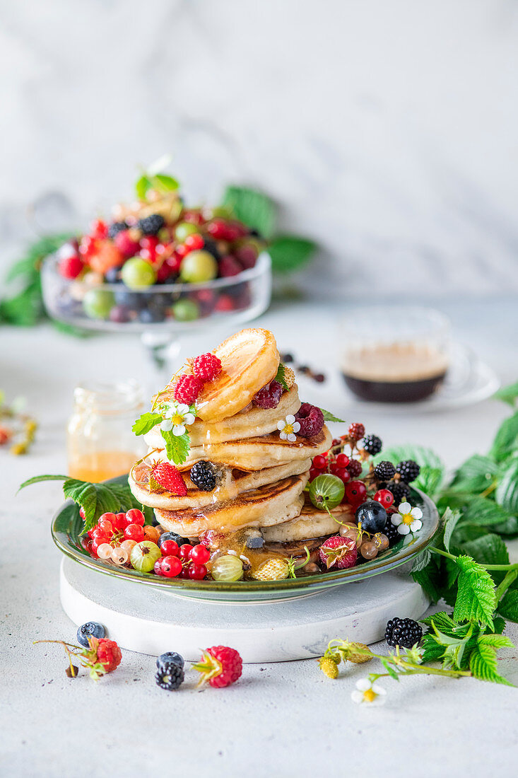 Berry pancakes with honey