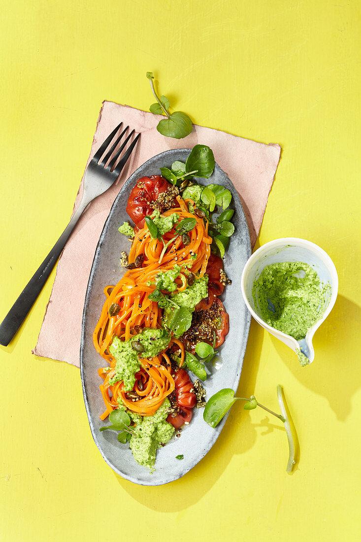 Möhrennudeln mit Kürbiskern-Tomaten und Brunnenkresse-Pesto