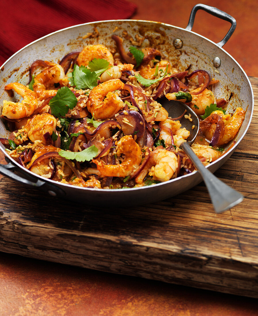 Prawn pan with red onions and curry