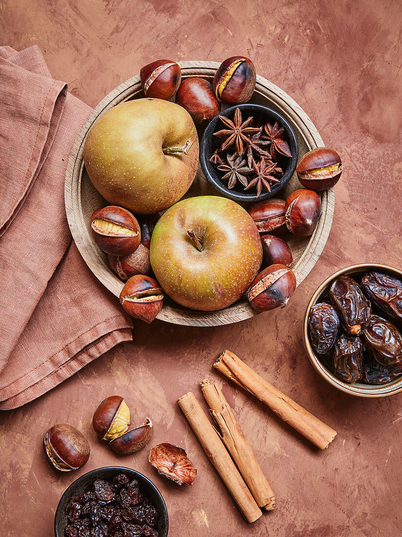 Äpfel, Maronen, Sternanis und Trockenfrüchte
