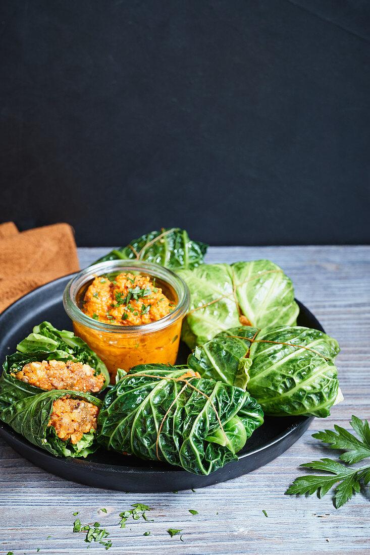 Wirsingrouladen mit Gemüse-Walnuss-Füllung und Kürbissauce