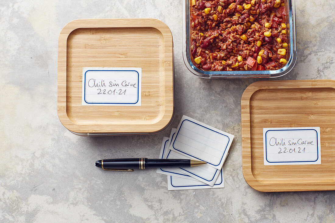 Chilli sin carne for freezing with labels