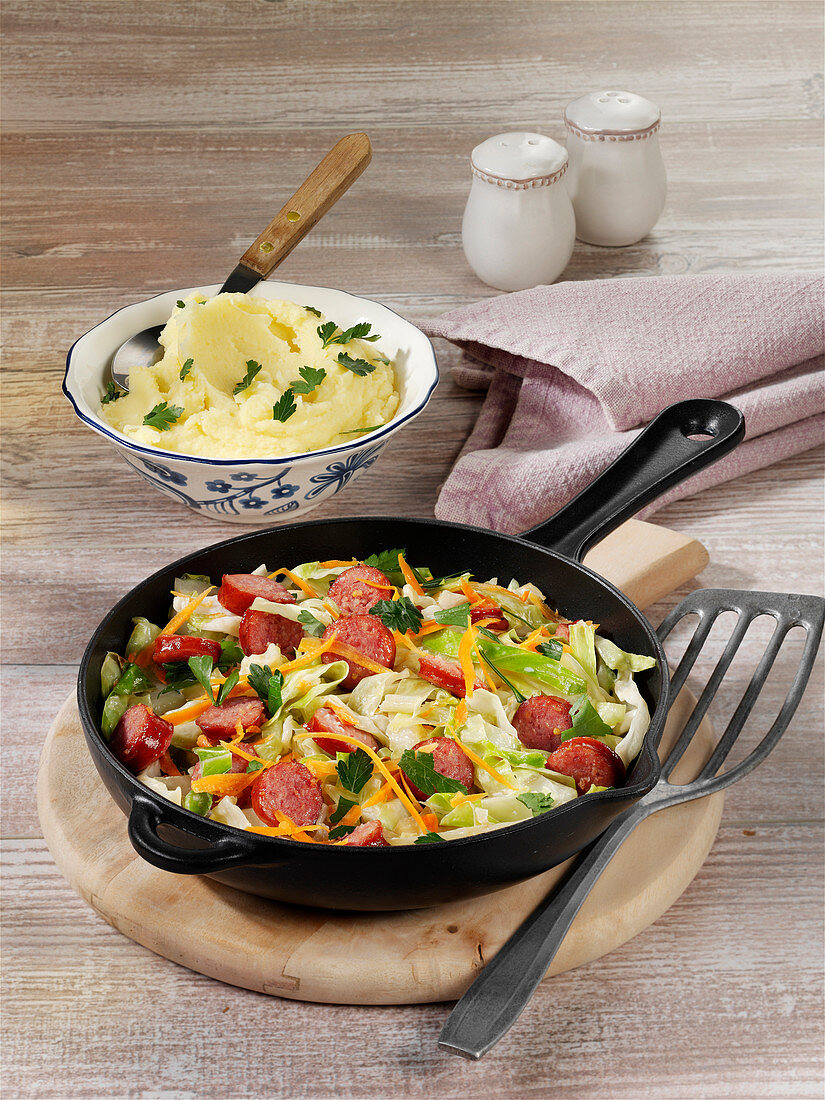 Quick pointed cabbage dish with sausages