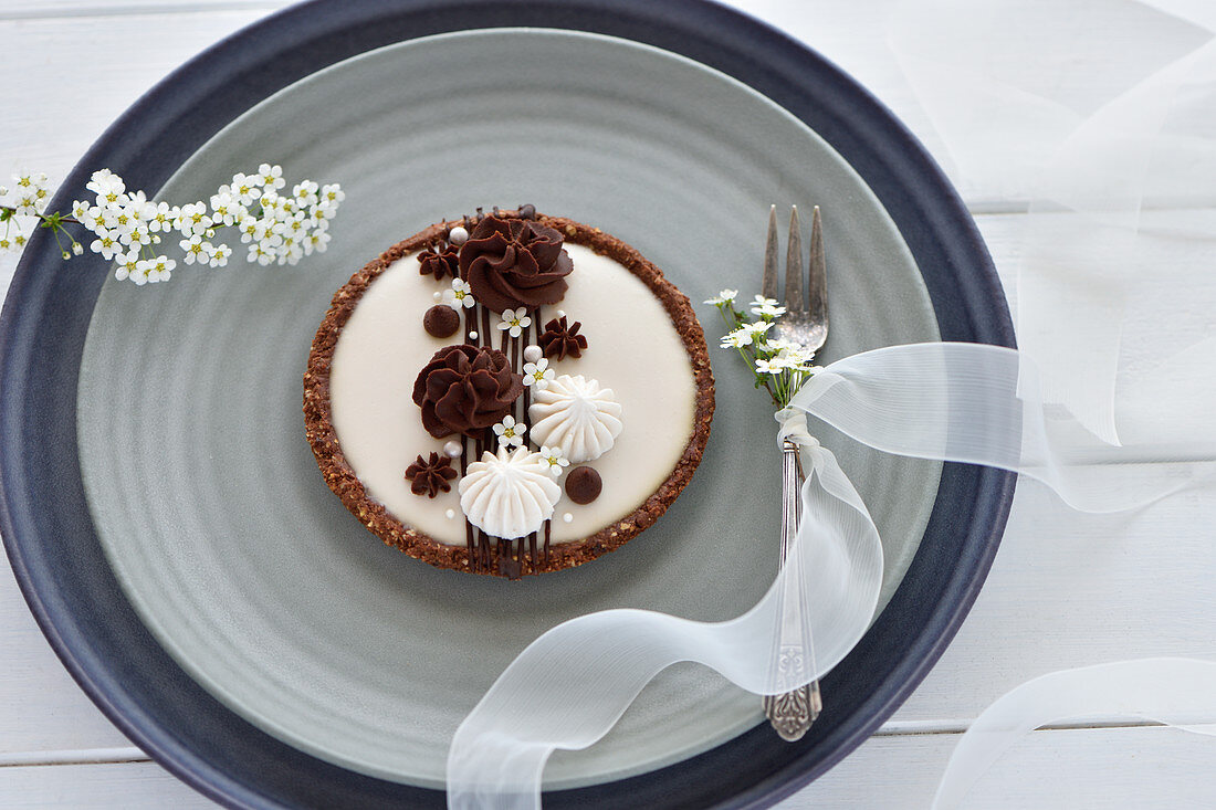 Vegan chocolate-almond-coconut tartlet with shortcrust pastry base