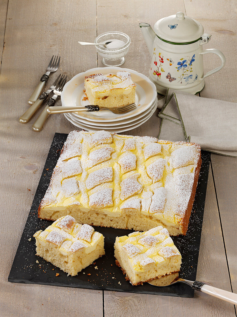 Quilt sheet cake with quark cream and almonds