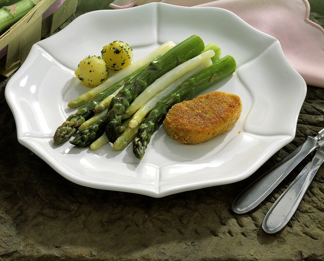 Asparagus with breaded cutlet and parsley potatoes