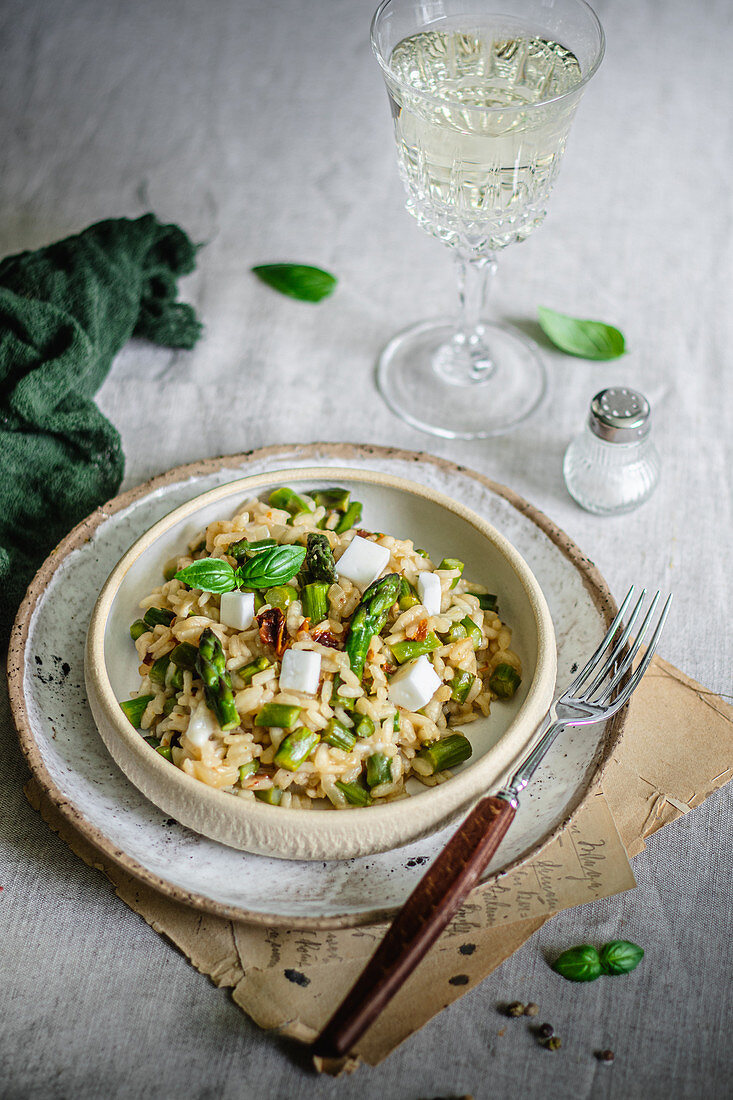 Risotto with asparagus and vegan 'feta' served with white wine