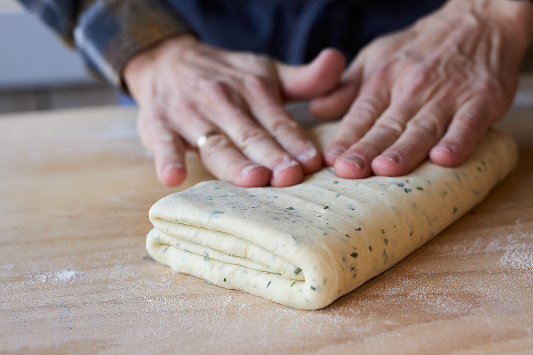 Fold the puff pastry together several times so that everything rises crispy in the oven