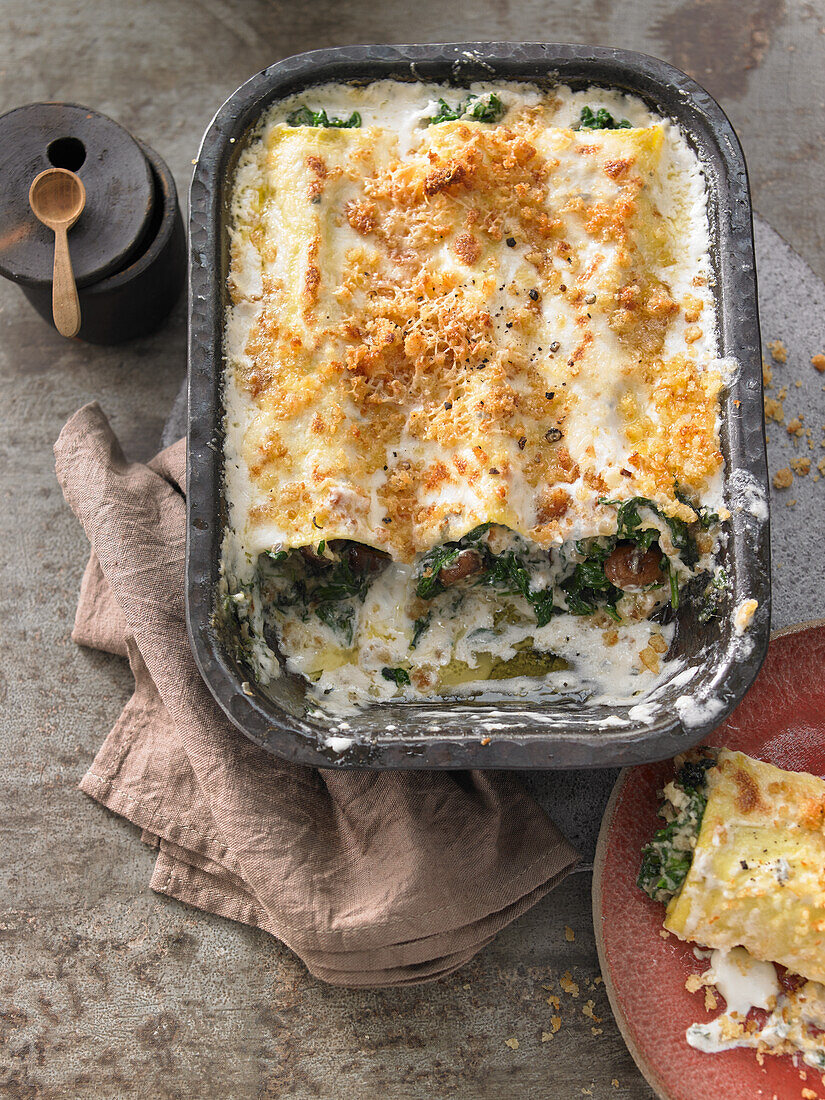 Pasta rolls with baby spinach in a gorgonzola-and-mascarpone sauce
