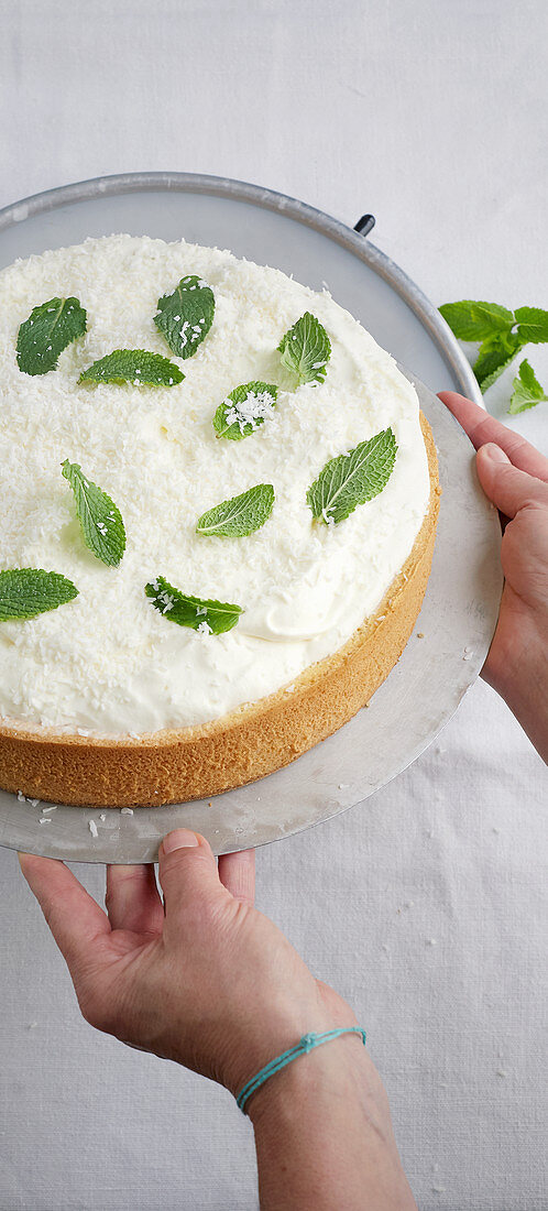 Vanilla and coconut cake with mint