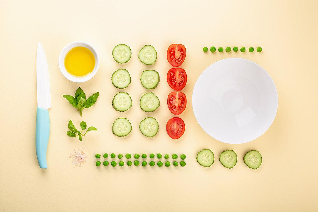 Gurken, Tomaten, Erbsen und Kräuter als Zutaten für vegetarische Gerichte