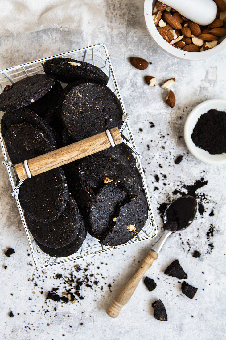 Black cacao and almond cookies