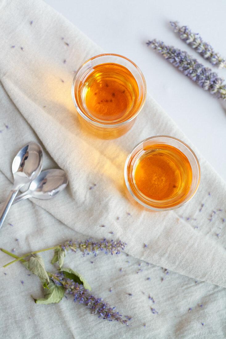 Anis-Ysop-Tee in Gläsern (Aufsicht)