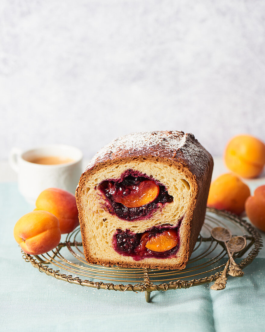 Brioche with blackberries and apricots