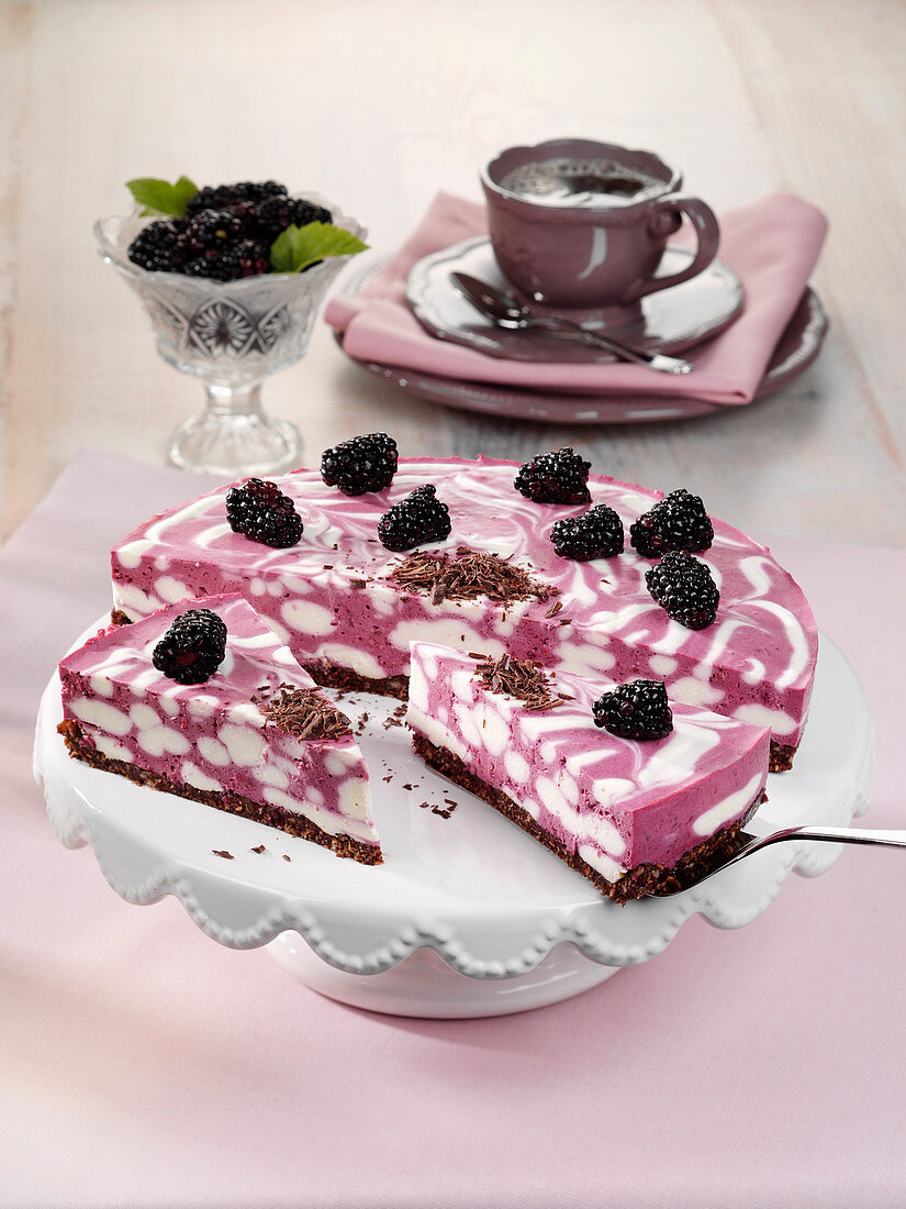 Blackberry and coconut cake (raw baking)