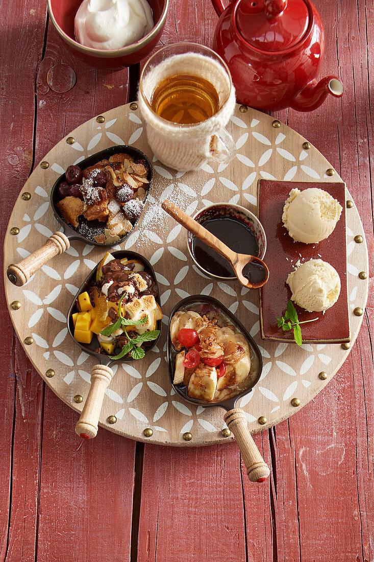Süße Pfännchen mit Kaiserschmarrn, Bananensplit, Mango und Schokofondue