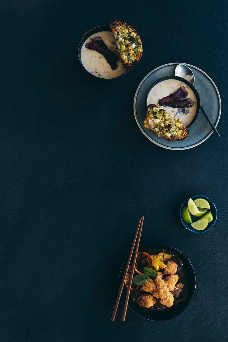 Biltong-Suppe mit Gruyere-Lauch-Crostini und paniertes Schweinefleisch süss-sauer