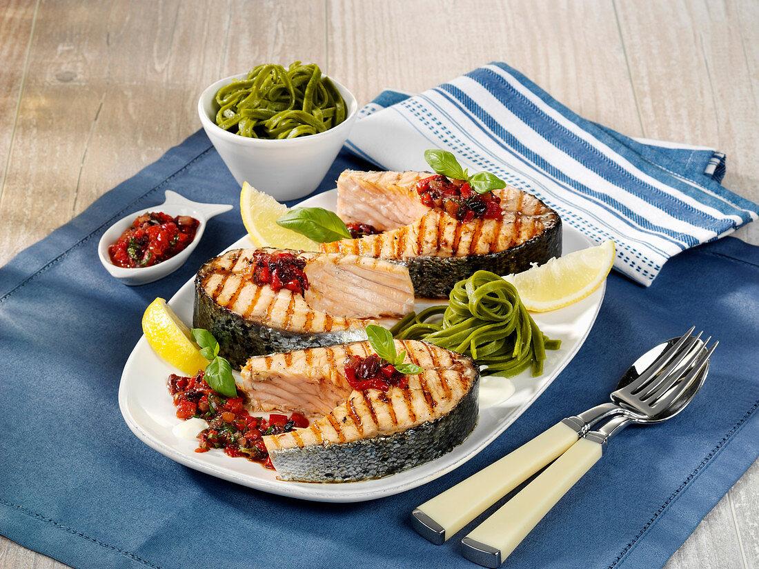 Lachssteaks mit Paprika-Oliven-Relish