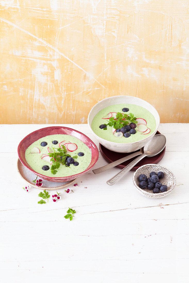 Buttermilchsuppe mit Radieschen und Blaubeeren