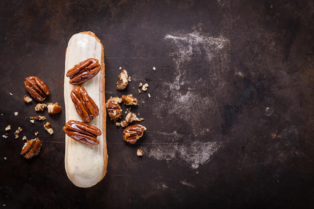 Vanilla eclair with caramelized pecans