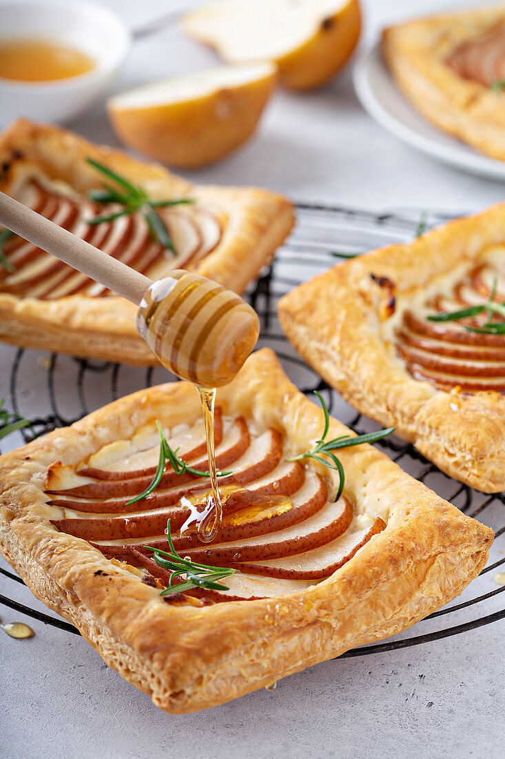 Puff pastry with pears, rosemary and honey
