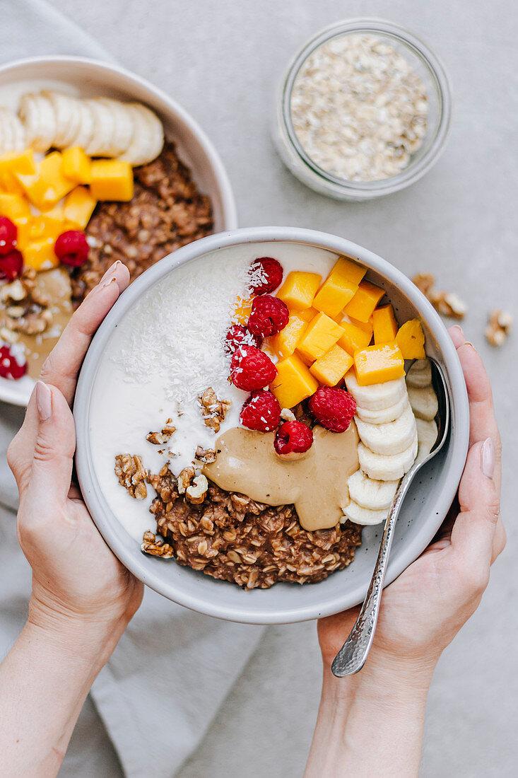 Schokoladen-Porridge mit Kokosnuss