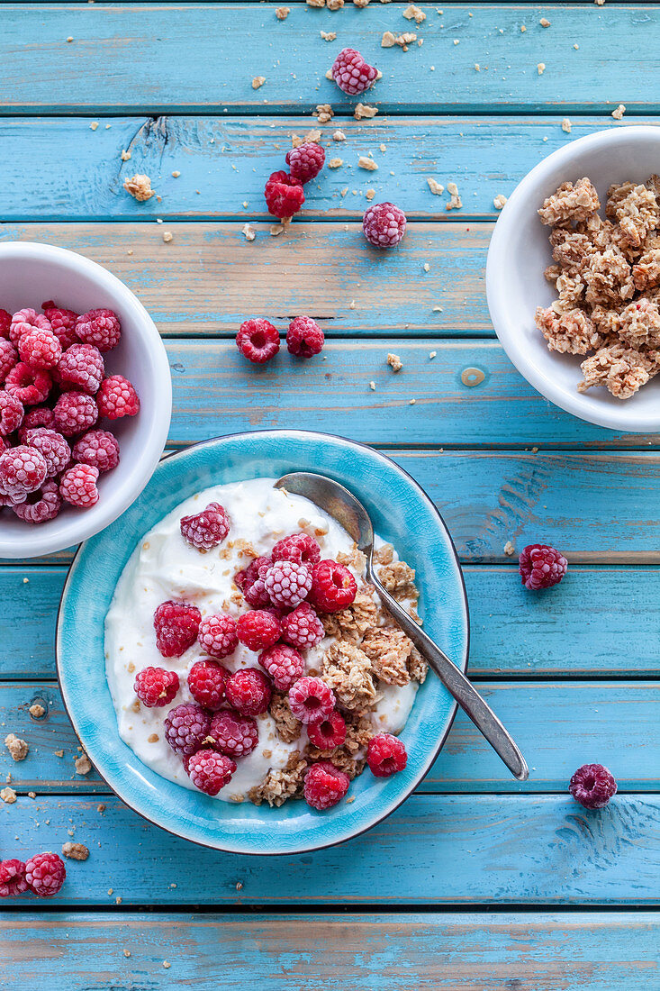 Greek yogurt with raspberries and granola