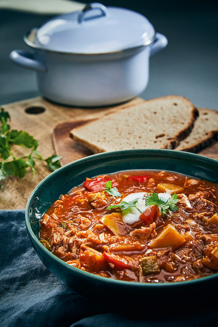 Hearty jackfruit goulash with potatoes and peppers (vegan)
