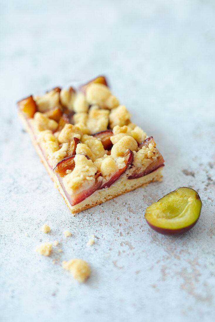 Yeast-dough vegan plum crumble tray bake cake