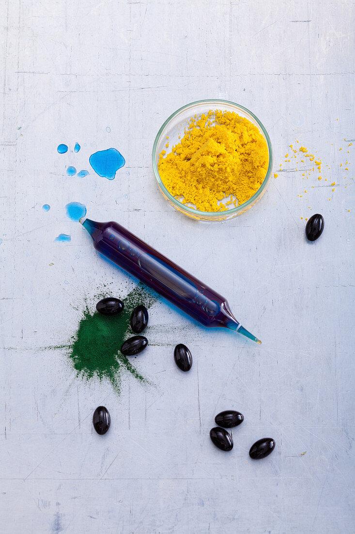Algae Drink aus Chlorella, Ampulle mit Spirulina-Extrakt, Kapsel mit Astaxanthin und Spirulina-Pulver