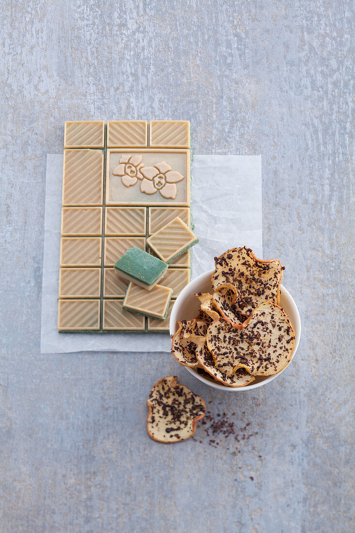 Apple chips with dulse and chocolate flakes
