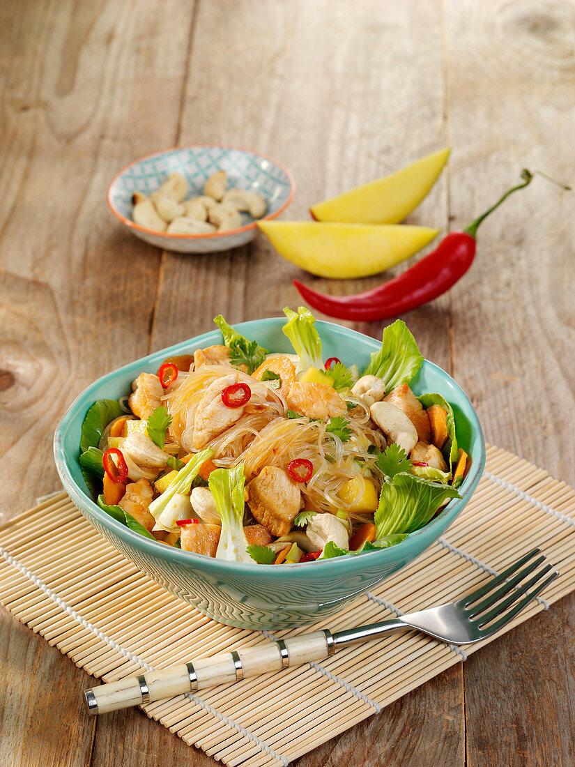 Asiatischer Glasnudelsalat mit Hähnchen, Mango und Cashew